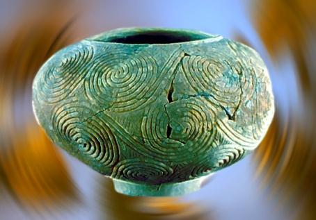 D'après un vase à décor couvrant de spirales, terre cuite, Croatie, période Néolithique.(Marsailly/Blogostelle)