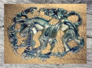 D'après une boucle de ceinture, bronze doré, l'emblème du loup, IIe siècle avjc, art Mongol. (Marsailly/Blogostelle)