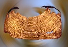 D'après une cape en or de l'âge du Bronze, à décor de bossettes, tumulus du Pays de Galle, vers 1900-1600 avjc, Grande-Bretagne. (Marsailly/Blogostelle.)