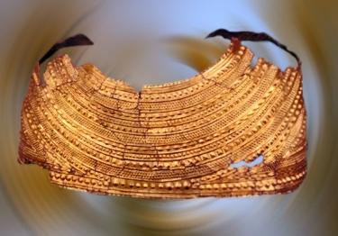 D'après une cape en or, à décor de bossettes, tumulus du Pays de Galle, vers 1900-1600 avjc, Grande-Bretagne,âge du Bronze. (Marsailly/Blogostelle)