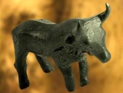 D'après une figurine de taureau en bronze, Carnac, Bretagne, France. (Marsailly/Blogostelle.)