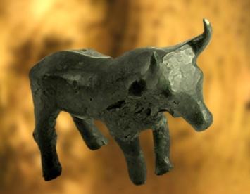 D'après une figurine de taureau, bronze, Carnac, Bretagne, France, entre 1900 ans avjc et 750 ans avjc environ, âge du Bronze. (Marsailly/Blogostelle)