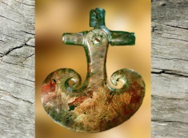 D'après une hache de cérémonie, symbole de prestige, Danemark, âge du Bronze. (Marsailly/Blogostelle)