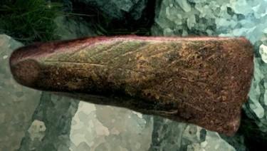 D'après une hache en pierre polie, gravée, IIIe-IIe millénaires avjc, Chalcolithique-âge du Bronze. (Marsailly/Blogostelle)