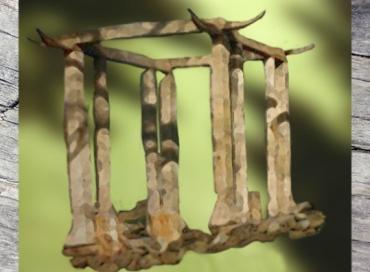 D'après un temple de l'âge de Bronze surmonté de cornes de bovidés, reconstitution, âge du Bronze. (Marsailly/Blogostelle)