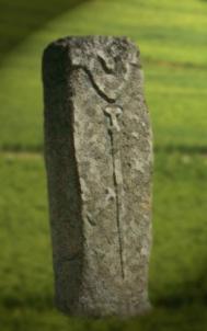D'après une statue-menhir, avec grande épée, Filitosa, Corse, France, âge du Bronze. (Marsailly/Blogostelle)