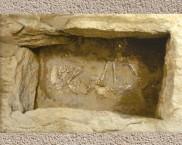 D'après une tombe d'enfant de l'âge du Bronze, sous tumulus. (Marsailly/Blogostelle.)