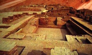 D'après des vues du grand bain de la ville haute de Mohenjo-Daro, vers 2500-2300 avjc, civilisation de l'Indus, Inde ancienne. (Marsailly/Blogostelle)
