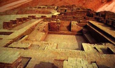 D'après des vues du grand bain de la ville haute de Mohenjo-Daro,vers 2500-2300 avjc, civilisation de l'Indus, Inde ancienne. (Marsailly/Blogostelle)