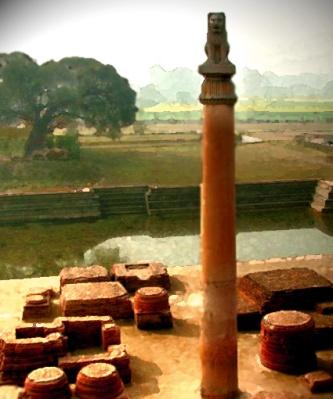D'après une vue de la colonne de Vaisâlî, magnifiée par un chapiteau avec lion assis, IIIe siècle avjc, Bihar, Nord, style Maurya, Inde ancienne. (Marsailly/Blogostelle)