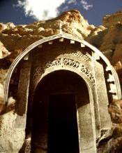 D'après l'entrée de la caverne Lomas Rishi, style Maurya, vers IIe-Ier siècles avjc, Bihar, Inde du Nord. (Marsailly/Blogostelle)