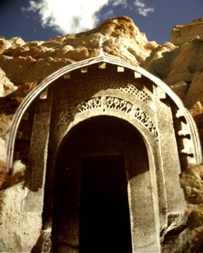 D'après l'entrée, caverne Lomas Rishi, IIe-Ier siècles avjc, Bihar, Nord, Inde ancienne. (Marsailly/Blogostelle)