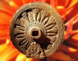 D'après La roue de la Loi bouddhique appelée aussi Roue du Dharma, art Dvâravatî, vers le VIIIe siècle apjc, Thaïlande. (Marsailly/Blogostelle)