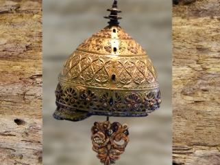 D'après le Casque d'Agris, fer, bronze, or et corail, IVe siècle avjc, La Tène, art celtique, Charente, France. (Marsailly/Blogostelle)