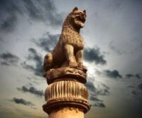 D'après le chapiteau de la colonne de Laurya, art Maurya, IIIe siècle avjc, Nandangarh, Inde du Nord. (Marsailly/Blogostelle.)