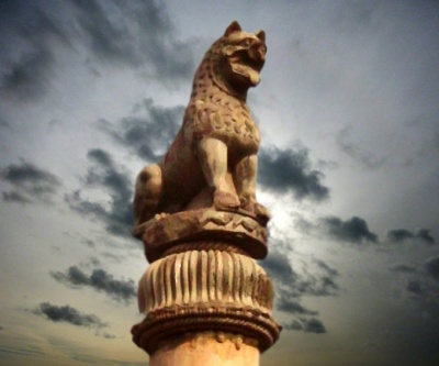 D'après le chapiteau de la colonne de Laurya,IIIe siècle avjc, Nandangarh,Nord, style Maurya, Inde ancienne. (Marsailly/Blogostelle)