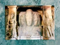 D'après le thème de la trinité hindoue qui réunit Brâhma (au centre), Çiva et Vishnu, VIIe siècle apjc, île d'Éléphanta, Inde. (Marsailly/Blogostelle.)