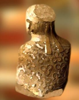 D'après un buste d'homme, dos, ronde bosse, stéatite cuite, Mohenjo-Daro, fin IIIe millénaire avjc, civilisation de l'Indus. (Marsailly/Blogostelle)