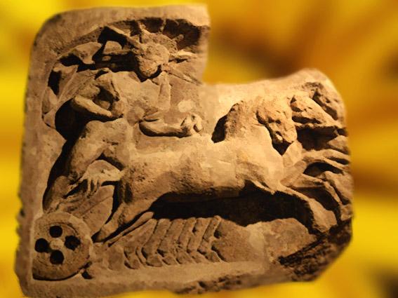 D'après un relief sculpté du dieu grec Hélios, divinité du Soleil sur son char, Bruxelles. (MarsaillyBlogostelle.)