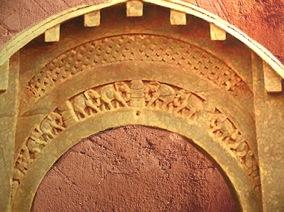 D'après la frise d'éléphants de l'entrée, caverne Lomas Rishi, IIe-Ier siècles avjc, Bihar, Nord, Inde ancienne. (Marsailly/Blogostelle)