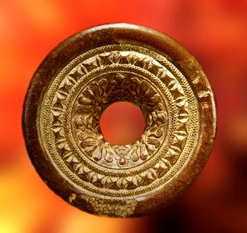 D'après une rondelle en pierre sculptée, art Maurya, vers IIIe-IIe siècles avjc. (Marsailly/Blogostelle)