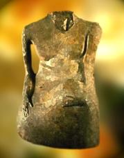 D'après une sculpture d'homme acéphale en albâtre, 28 cm, vers 2500-1500 ans avjc, Mohenjo-Daro.(Marsailly/Blogostelle.)