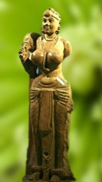 D'après une statue de femme en pierre polie, Patna, art Maurya, IIIe et IIe siècle avjc. (Marsailly/Blogostelle)