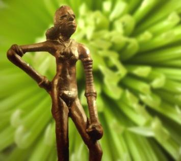 D'après une figure féminine parée de bracelets, haute de 11 cm environ, Mohenjo-Daro, entre 2500 et 1800 avjc, civilisation de l'Indus. (Marsailly/Blogostelle)