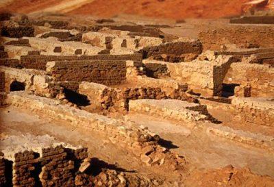 D'après les vestiges d'habitations construites en briques cuites,cité de Mohenjo-Daro, entre 2500 ans avjc et 1800 avjc,civilisation de l'Indus, Inde ancienne. (Marsailly/Blogostelle)