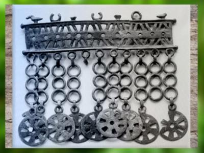 D'après une parure pendeloque, à rouelles et oiseaux, VIe siècle avjc, civilisation de Hallsttat, premier âge du Fer, art Celte. (Marsailly/Blogostelle)