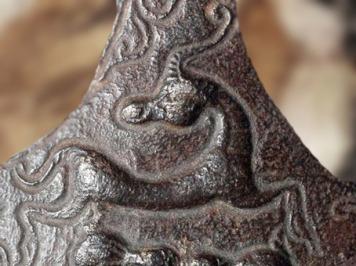 D'après un fourreau d'épée celtique, fer forgé, détail des animaux stylisés, IIIe-Ier siècle avjc, Neuchâtel, art Celte, La Tène, deuxième âge du Fer. (Marsailly/Blogostelle)