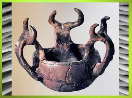 D'après une poterie, motifs bovidés, période de Hallstatt, art celte, premier âge du Fer. (Marsailly/Blogostelle)