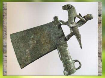 D'après une hache et cavalier, bronze, civilisation de Hallstatt, Autriche, art Celte, premier âge du Fer. (Marsailly/Blogostelle)