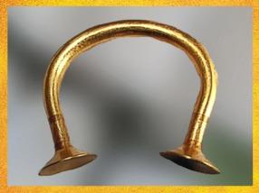 D'après un bracelet-lingot, or, vers Xe-IXe siècle avjc, Irlande, fin de l'âge du Bronze. (Marsailly/Blogostelle)