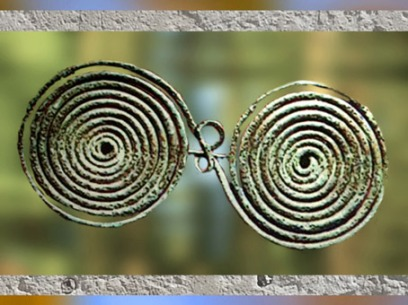 D'après une fibule en bronze, civilisation de Hallstatt,art Celte,premier âge du Fer. (Marsailly/Blogostelle)