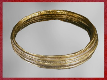 D'après un bijou en or, motifs géométriques, vers VIe siècle avjc, art Celte, style de Hallstatt, premier âge du fer. (Marsailly/Blogostelle)