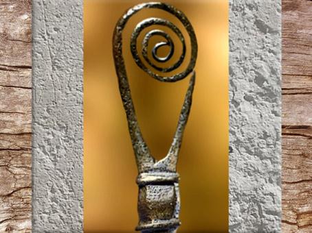 D'après une épingle à tête spiralée, fer forgé, art Celte, âge du Fer. (Marsailly/Blogostelle)