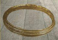 D'après un torque en or du VIe siècle avjc, motifs décoratifs au repoussé, mobilier funéraire du premier âge du Fer, Suisse. Irlande. (Marsailly/Blogostelle.)