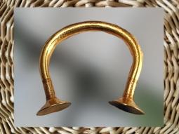 D'après un bracelet en or de l'âge du Bronze, vers Xe-IXe siècle avjc, Irlande. (Marsailly/Blogostelle.)
