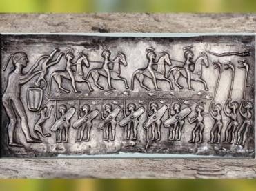 D'après des cavaliers coiffé de symboles, chaudron de Gundestrup, or et argent, Ier siècle avjc, Danemark, art Celte, âge du Fer. (Marsailly/Blogostelle)
