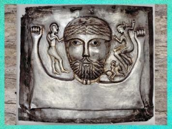 D'après un dieu, duo, et cavalier, chaudron de Gundestrup, métal or et argent, Ier siècle avjc, Danemark, art Celte, âge du Fer. (Marsailly/Blogostelle)