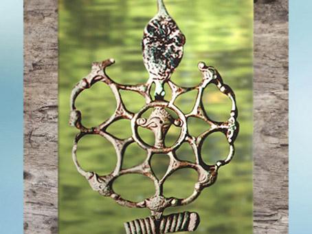 D'après une fibule ajourée, bronze et corail, Orainville, Picardie, IIIe siècle avjc, La Tène, Gaule celtique, art Celte. (Marsailly/Blogostelle)