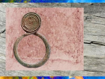 D'après un tour de cou à spirale, qui évoque aussi le serpent, métal, Mali, art Africain.(Marsailly/Blogostelle)