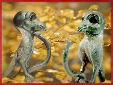 D'après une applique en forme de rapace, bronze, IIe siècle avjc, Loiret, Gaule celtique, France, art Celte. (Marsailly/Blogostelle)