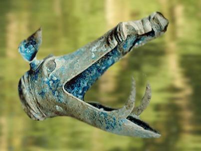 D'après une tête de sanglier, bronze moulé, élément de carnyx,trompette de guerre gauloise, Limousin, France. La Tène, Gaule celtique. (Marsailly/Blogostelle)