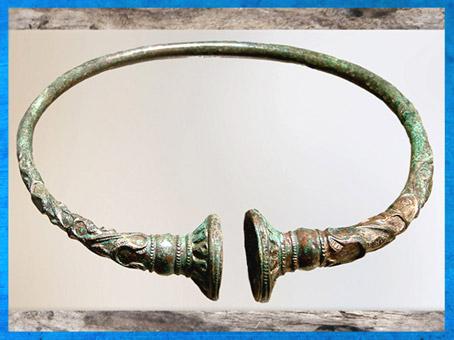 D'après un torque en bronze, nécropole gauloise, Troyes, La Tène, Gaule celtique, âge du Fer, art Celte. (Marsailly/Blogostelle)