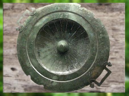 D'après le couvercle-passoire du cratère, bronze, tombe celte de Vix, Ve siècle avjc, Bourgogne, fin Hallstatt-La Tène, âge du Fer. (Marsailly/Blogostelle)