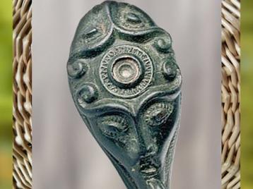 D'après une figure fantastique, fibule, bronze, Slovenské Pravno, Slovaquie, vers 400 avjc, La Tène, âge du Fer, art Celte. (Marsailly/Blogostelle)