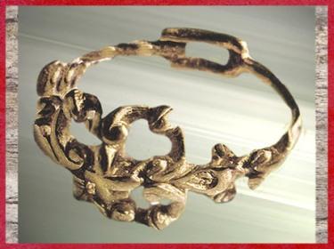 D'après une bague en or, tombe d'Orval, Manche, La Tène ancienne, Gaule celtique, âge du Fer. (Marsailly/Blogostelle)