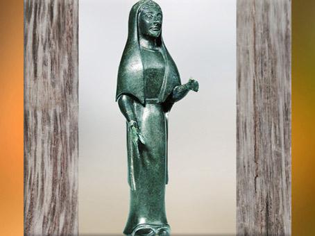 D'après la statuette du couvercle du cratère, bronze, tombe celte de Vix, Bourgogne, Ve siècle avjc, fin Hallstatt-La Tène, âge du Fer. (Marsailly/Blogostelle)